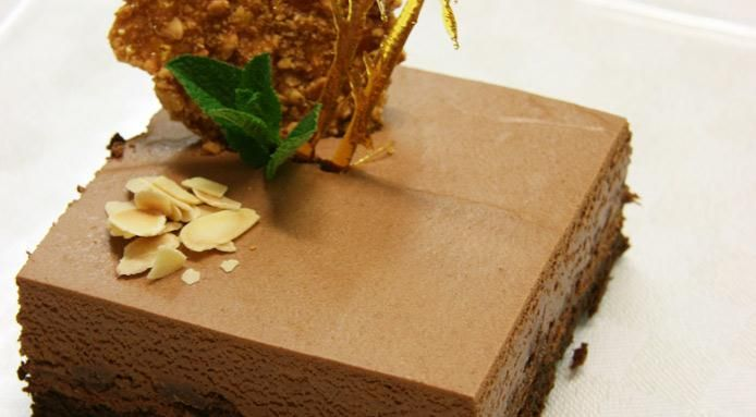 Tortino di cioccolato ai lamponi, croccante di wafer e nocciole