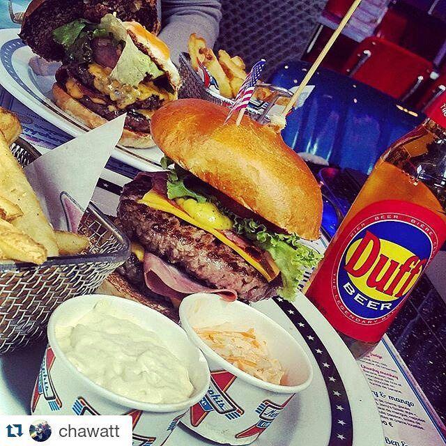 #picoftheweek American meal composé d'un délicieux Louisiana burger et de la mythique Duff, dégusté par @chawatt • • •  #memphiscoffee #burger #duff #beer