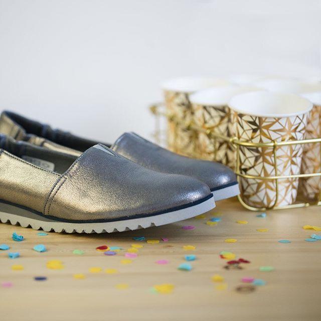 Wybieracie obcasy, czy płaskie buty z odrobiną błysku? ✨ 🔎: D351-ZLO-BEN #newyear #newyeareve #happy #happynewyear #gold #silver #metalic #shiny #shoes #shoestagram #instashoes #confetti #party #fun #instagood #fashion #fashioninsta #lankars #leather #flats #beautiful