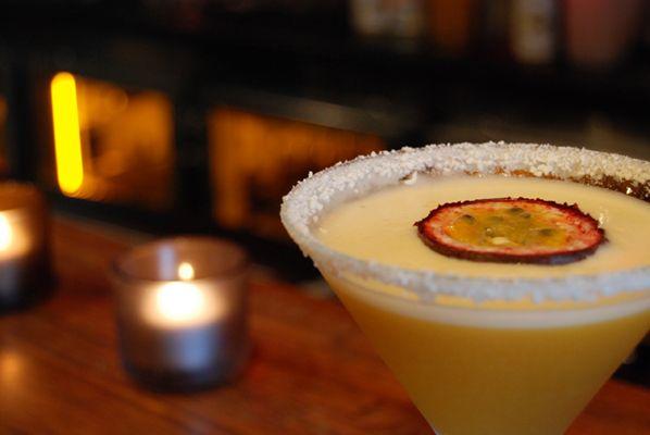 Hoje vou ensinar como fazer um martini de maracujá – inusitado e delicioso! Este drink é a base de Vodka ou Whisky, polpa de maracujá, limão siciliano, xarope simples e açucar de baunilha.  50 ml de Vodka ou Whisky 50 ml de polpa de maracujá 15 ml de suco...