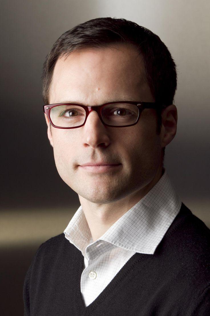 Bewerbungsfoto mit Brille, mehr Fotos auf http://www.das-fotostudio-duesseldorf.de/bewerbungsfotos/
