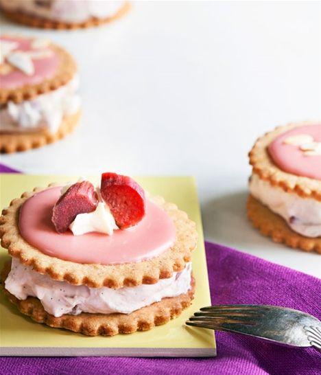 Giv dine venner og familie en medalje: sprøde smørbagte mandelkager lagt sammen med en fed creme med frisk rabarbersmag. Gem opskriften til jordbærsæsonen, og bland evt. rabarber med jordbær. Uhm!