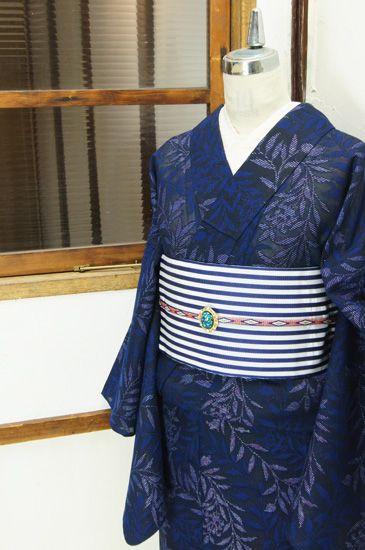 黒に銀のラメ糸きらめき、優美な曲線を描く花と葉が作り出すアラベスク模様が幻想的なサマーウールレースの単着物です。 #kimono