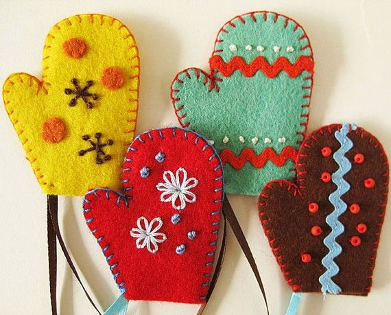 Would be cute to make a mini pair of these connected by a string, as a brooch.  The mittens could dangle and the brooch would have movement.
