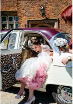 Een vintage bruid en een vintage auto, schitterend!
