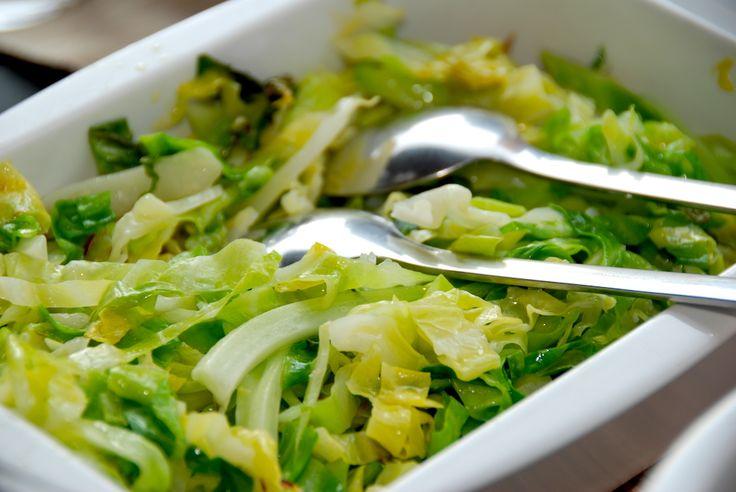 Se hvordan nemt laver lynstegt spidskål på panden. Spidskålen steges i en smule rapsolie i tre minutter, og krydres med et drys salt. Spidskål er sund mad, og hvis du laver lynstegt spidskål er til…