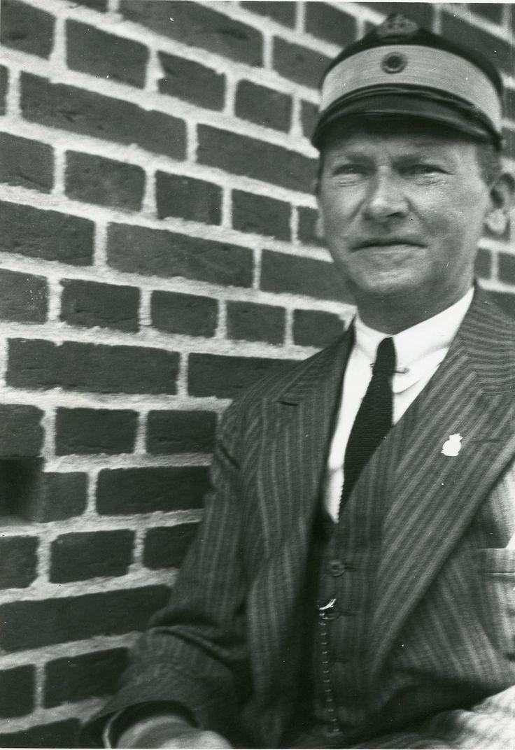 Søren Berthelsen fotograferet ved sin tjenestebolig i Varde ca. 1945.