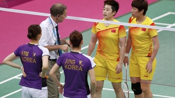 Acht Badminton-Spielerinnen disqualifiziert......Drastisches Urteil gegen vier Badminton-Paare: Laut übereinstimmender Medienberichte wurden Spielerinnen aus China, Südkorea und Indonesien von ihren Verbänden disqualifiziert, ein Ausschluss vom IOC steht noch aus. Sie hatten Bälle absichtlich ins Netz oder ins Aus gedroschen - um in der Ausscheidungsrunde auf leichtere Gegner zu treffen.