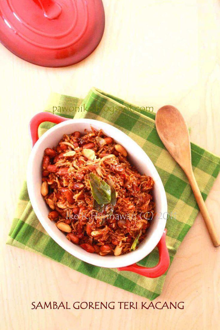 1. Panaskan minyak goreng  2. Tumis bumbu halus, segera masukkan daun jeruk.  3. Masukkan teri, dan kacang, aduk cepat dan sampai rata, segera matikan api..  4. Tunggu hingga dingin, dan simpan di toples....       find out more indonesian cuisines recipes and tips at cook-in2.com