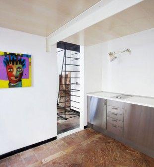 Specjalnie zaprojektowane, metalowe schody stały się elementem wyposażenia małego mieszkania na poddaszu starej kamienicy w Mediolanie. http://sztuka-wnetrza.pl/1541/artykul/aranzacja-malego-mieszkania-poziom-w-gore