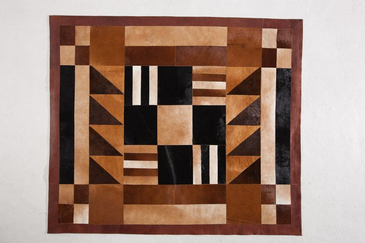 Tapete decorativo African-Leather Ref Susu. Este es uno de los muchos diseños que te damos para que tu puedas personalizarlos. Juega con los colores, diseños y tamaños y crea con nosotros lo que imaginas. African Leather Tapetes. Medellín Colombia. Cowhide rugs. Tapes de cuero en pelo. Cowhide Patchwork Rugs