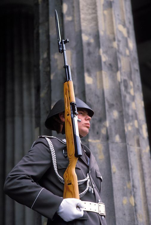 GDR, German Democratic Republic, Eastberlin, the street Unter den Linden, guard of honor of the regiment Friedrich Engels at the Neue Wache | 1989  | Joern Sackermann: