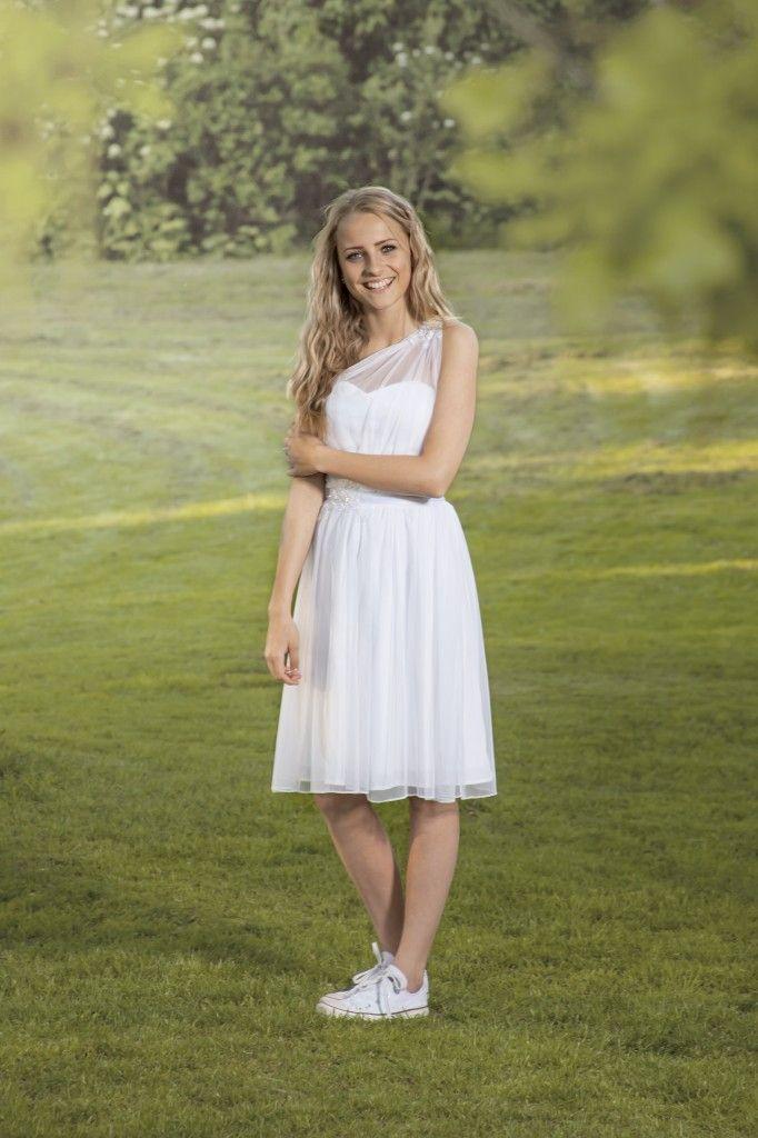 Luxux Konfirmation 2014 Confi 17: Kjole med drapering over den ene skulder i stretchtyll med smuk blondedetalje.