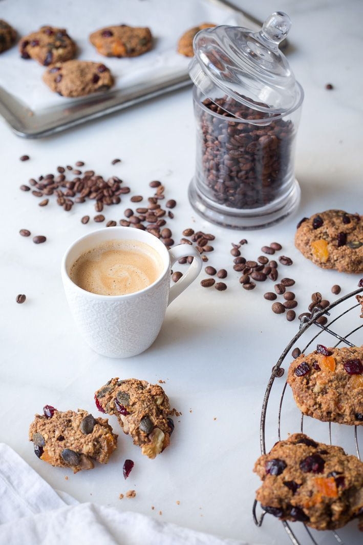 Gesunde Müsli-Cookies und Kaffee To Go.