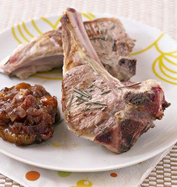 Côtelettes d'agneau grillées au chutney d'abricots Ingrédients Pour 2 personnes     4 côtelettes d'agneau     3 abricots     1 échalote     1 cuillère à soupe de vinaigre balsamique     1 cuillère à soupe de sucre     sel poivre     piment >