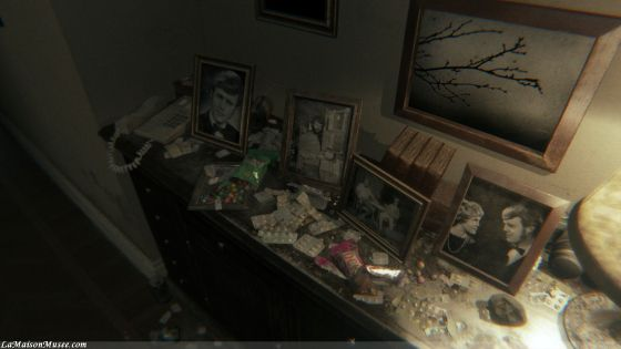 Un décor vieillot, des piles d'anti-dépresseur et un couloir bien mystérieux. Le décor est planté.[Aperçu et Demo] P.T. - L'horreur Silent Hill signée Hideo Kojima (PS4) More here! http://lamaisonmusee.com/