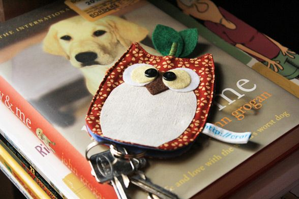 Get the Free Pattern & How-To sew this adorable Owl Keychain Pouch / Holder to keep your key cozy inside it's belly.