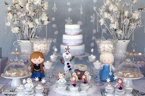 A febre das festas com o tema Frozen continua!!!! O desenho animado e sua canção caíram na graça das pequenas!! Nesta produção Fabiana Moura escolheu produzir a mesa em branco e azul bem claro com toques de lilás. As irmãs, estrelas da animação estavam presentes em bonequinhas e nos doces modelados! Uma graça!! Tudo bem …
