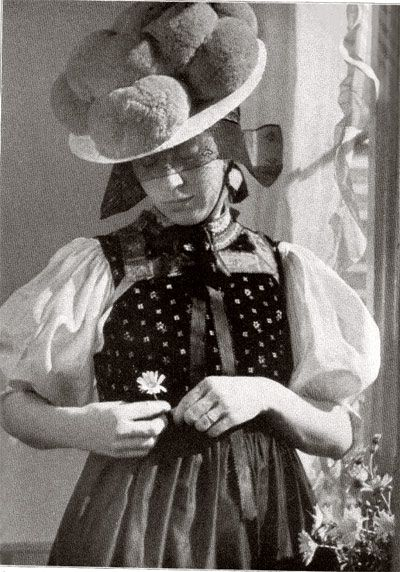 Schwarzwälderin from Gutachtal in Bollenhut (As Bollenhut a hat called that since about 1750 for the (Protestant church) dress of women in the three neighboring Black Forest villages Gutach , Kirnbach and Hornberg-Reichenbach)