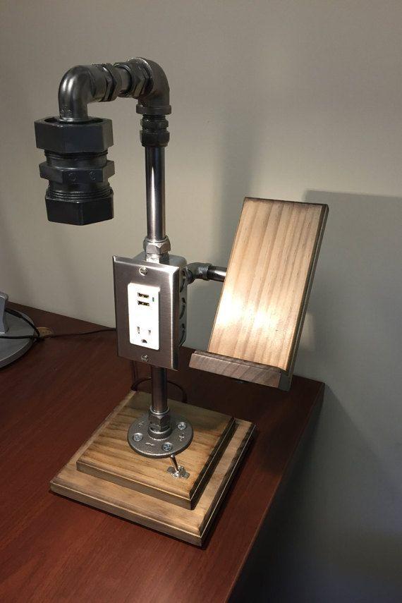 Lámpara de escritorio Industrial de acero inoxidable con soporte para teléfono celular, tomacorriente y enchufe carga USB.