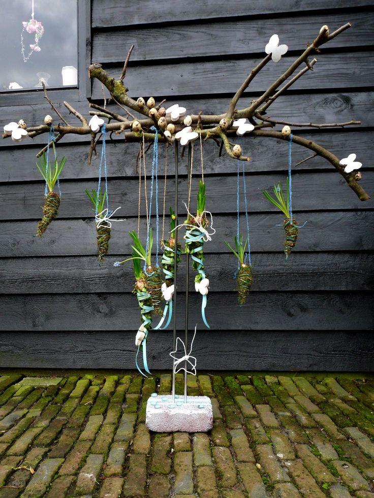 Hangende lente / voorjaarstuk met takken, mos en bloembollen