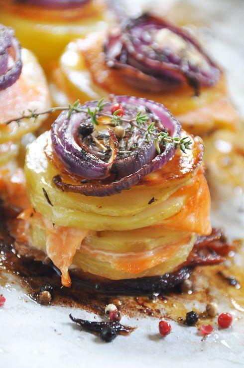 Mille feuilles de pommes de terre saumon fumé oignons rouges caramélises