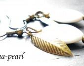 Boucles d 'oreille pampilles blanches acryliques et feuilles bronze