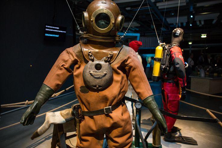 Na wystawie możecie zobaczyć oryginalne wyposażenie nurków z różnych lat. Eksponaty zostały wypożyczone z Muzeum Nurkowania w Warszawie. / On the exhibition you can find also some original equipment for divers form past.