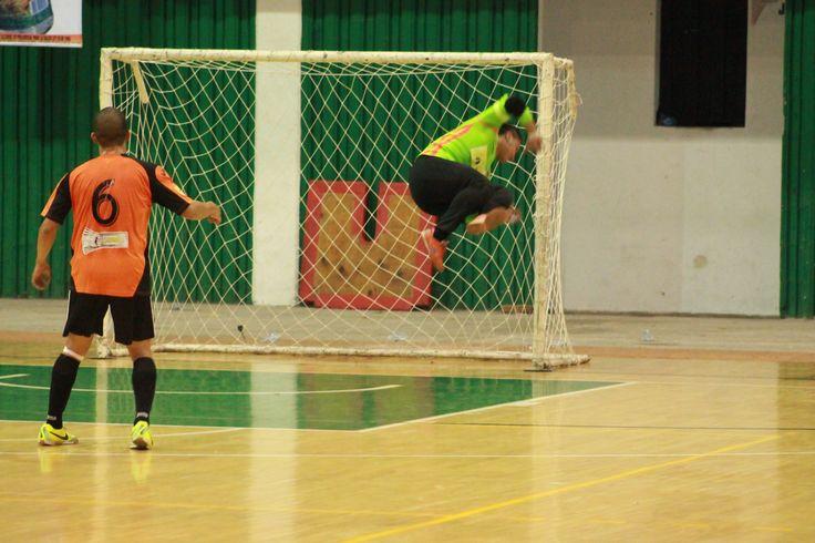 Voló, literalmente, voló. ¿Qué tal esta atajada del portero de #DeportivoLyon? #FútbolRevolucionado
