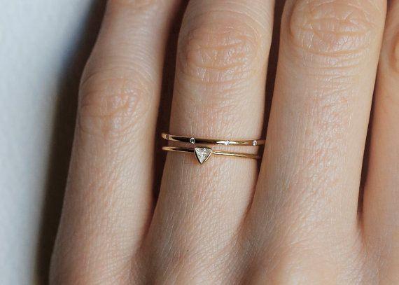 Ensemble de bague de mariage diamant fragile et délicat. Petit triangle diamond & diamant mince bande ensemble.  Le prix est pour le jeu.  Les diamants