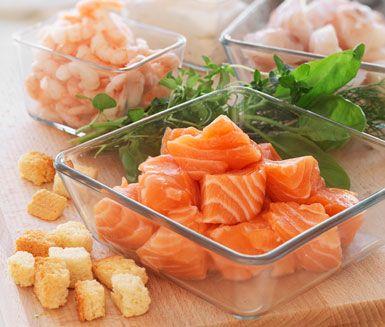 Fisksoppa med räkor och vitlök är en härlig soppa som du serverar med krutonger och en klick crème fraiche. Soppan innehåller paprika, lök, vitlök, tomatpuré, timjan, morot, potatis, tomat, grönsaksbuljong, räkor och lax, torsk eller valfri fisk.