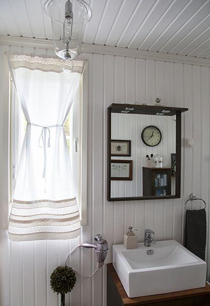 Vanhoista pitsilakanoista syntyi kylpyhuoneen verho. NOORAN VERHOOMO JA SISUSTUS - Sisustusompelimo
