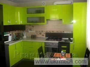 Зеленая кухня для небольшой квартиры