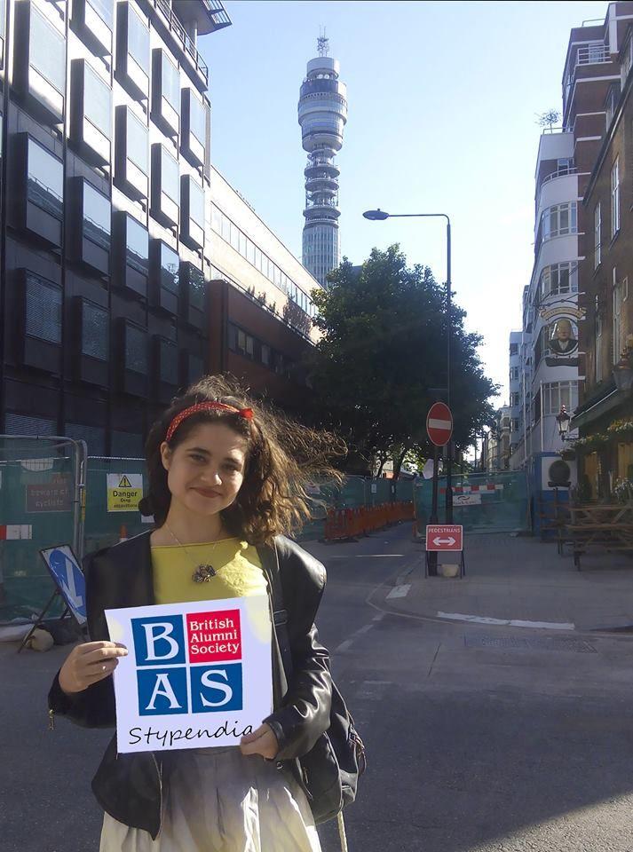 Klaudia Rzeczkowska (Adcote School for Girls) żegna się ze studiami na King's College London i pozdrawia: