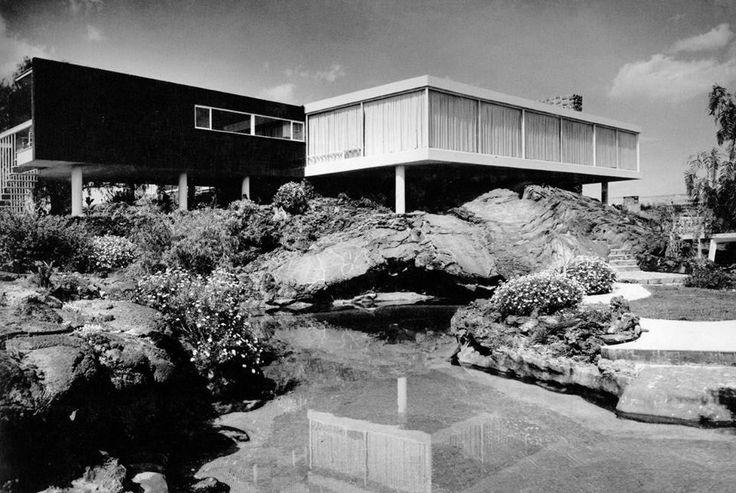 """La casa del doctor Federico Gómez, una de las más extensas del fraccionamiento Jardines del Pedregal, fue construida en 1952 por el arquitecto Francisco Artigas. Se encontraba en el número 240 de la Calle del Risco, y estaba desplantada sobre un montículo de roca volcánica donde se excavó el vestíbulo; en ella se filmó la cinta """"El inocente"""", con Pedro Infante y Silvia Pinal, y fue demolida en el 2004.Imagen de Roberto Luna en """"Las casas del Pedregal, 1947-1968"""""""