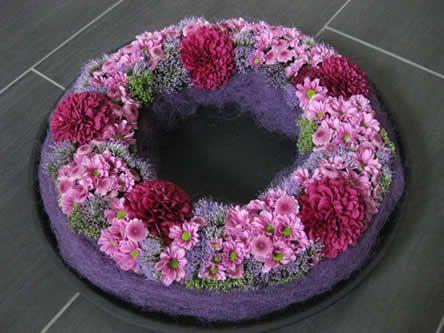 ingetogen bloemstuk als grafdecoratie