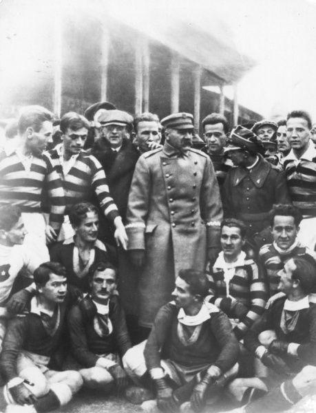 Grafika:1924.11.16 Piłsudski z piłkarzami Wisły i Pogoni.jpg