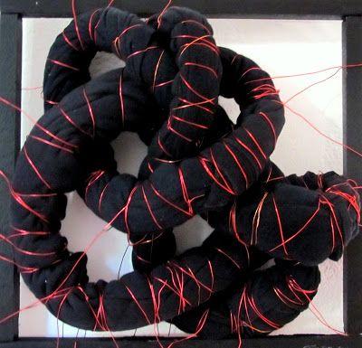 CONTINUO - scultura realizzata con  tessuto e filo di ferro, 2011.