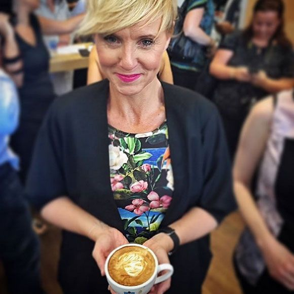 Pénélope McQuade a son visage en mousse de lait à café | HollywoodPQ.com