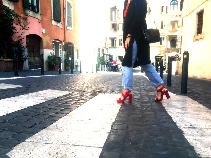 Un tocco di femminilità allo street style, le scarpe con tacco riescono ad essere eleganti e dinamiche in tutte le situazioni, l'ampia apertura dona freschezza e comodità, vestibili con ogni outfit.