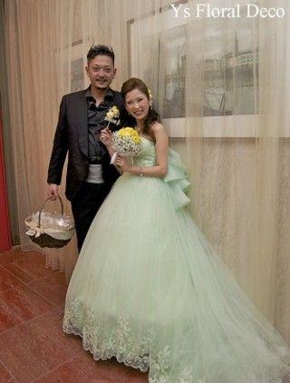 こちらのおふたり(花冠のスタイル、白いお花のアップスタイル)のお色直しのときの様子をご紹介いたします。 お色直しに選ばれたのは、淡いグリーン色のドレス。...