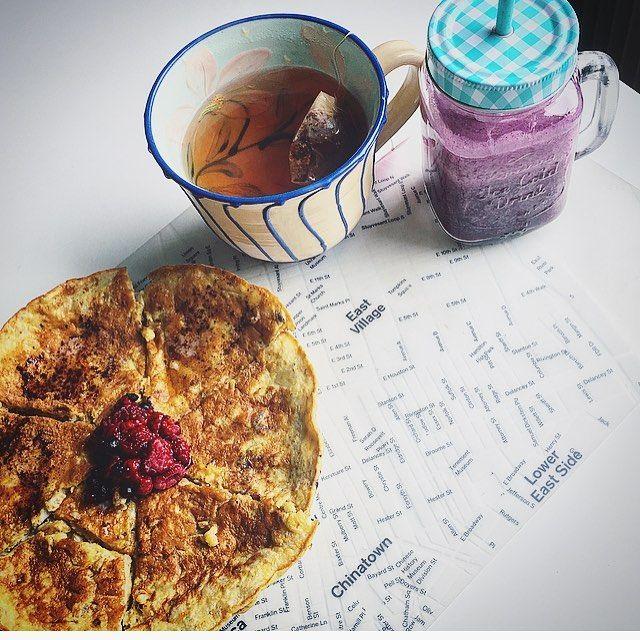 (@realfoodredhead) ✅ Bananpannkaka (3 ägg, 1 stor banan) med hallon&blåbär / smör&kanel ✅ Roiboosté med äpple&kanel - eko från @friggs ✅ Protein smoothie shake (recept längre ned i mitt flöde) 💪🏻