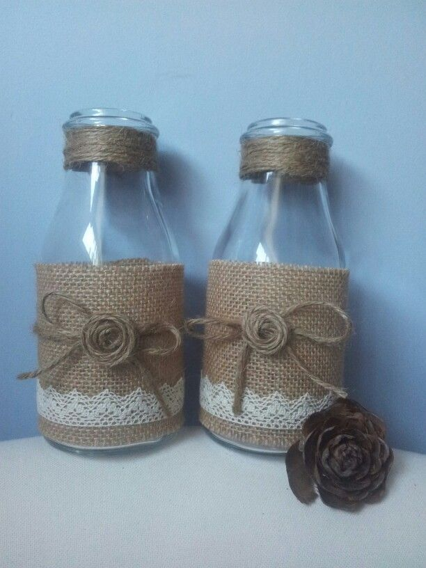 Botellas de cristal con yute y rafia.