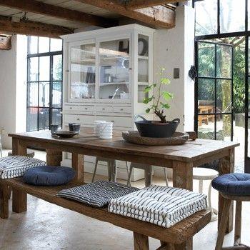 Mooie houten tafel, en combinatie van hout en blauw.