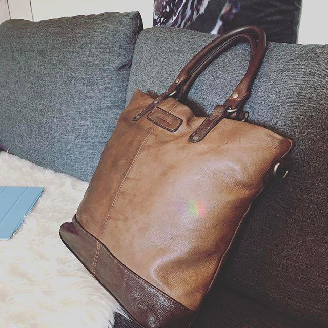 Zumindest muss ich nicht alleine auf der Couch liegen. Die tolle Holla mein Shopper leistet mir Gesellschaft. Ach und ein Hoch auf Schmerzmittel.... #fredsbruder #tasche #leder #leather #leatherbag #bag #ledertasche #fashion #mode #modeblogger #fashioninsta #instafashion #fashionblogger #fashiondiaries #lifestyle
