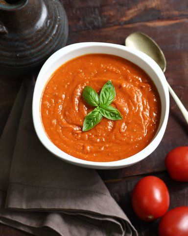 Geroosterde Tomaten Knoflooksaus. Deze saus smaakt bij veel gerechten overheerlijk! Als pasta saus, over vlees, gevogelte en vis. Als de saus koud is dan kunt u het ook gebruiken zoals ketchup. Bijv bij een tosti of over de friet. Een heerlijke saus dat van verse producten gemaakt is! Geen kunstmatige toevoegingen.