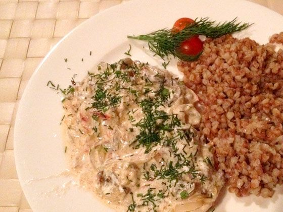 Você sabia que o Estrogonofe é russo? Dá uma olhada na versão original, muita cebola e pouco molho de tomate. Peixe com Legumes, aprovado! E o delicioso Pelmeni recheado. Deu vontade?