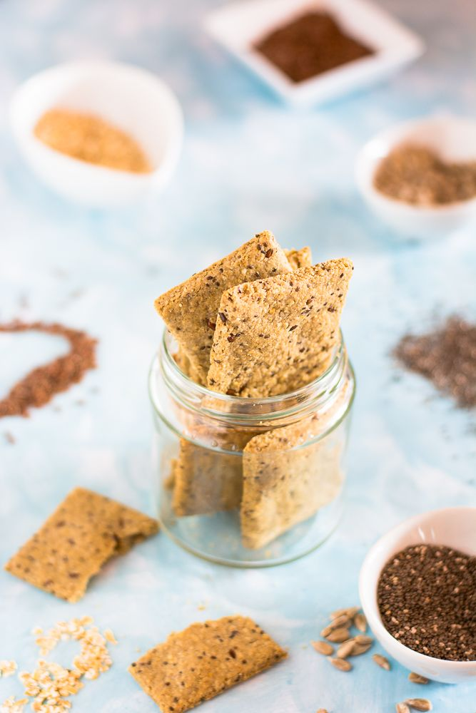 come preparare dei sfiziosi crackers di avena con semi di chia, lino e girasole, una delizia da gustare in ogni momento come spuntini spezzafame
