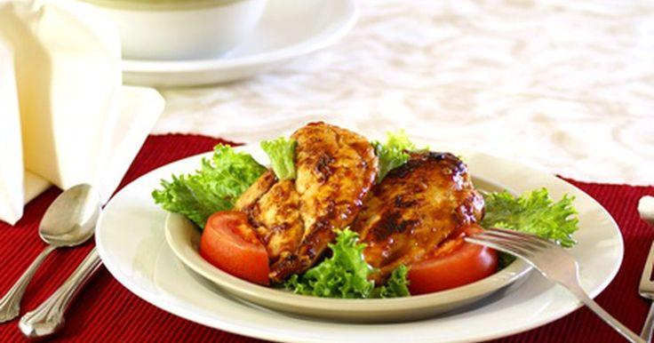 Cómo cocinar muslos de pollo en barbacoa  al horno. El pollo asado a la parrilla en una tarde caliente es uno de los platos del verano, pero no siempre hay tiempo para encender el asador o puede haber una lluvia torrencial. Si aun tienes ganas de comer pollo asado, una bandeja de muslos al horno es una forma rápida de satisfacer tu antojo. Los muslos de pollo son más ricos con la carne oscura que ...
