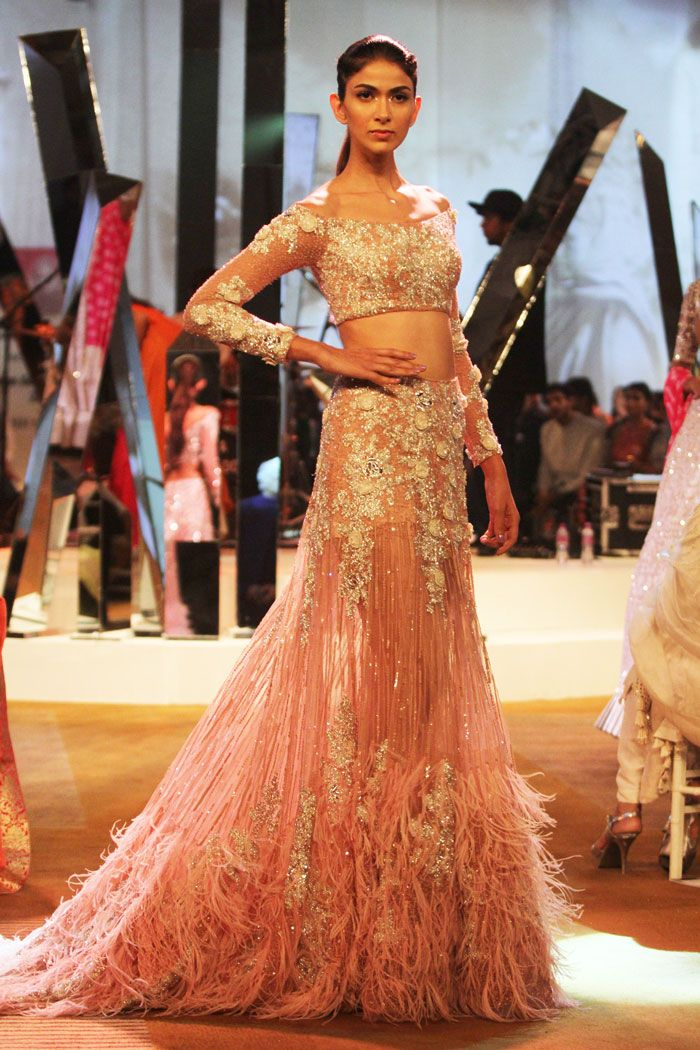 Model in Manish Malhotra Mijwan Summer 2017 collection http://www.luxuryfacts.com/index.php/sections/article/Designer-Manish-Malhotra-launches-new-collection-i
